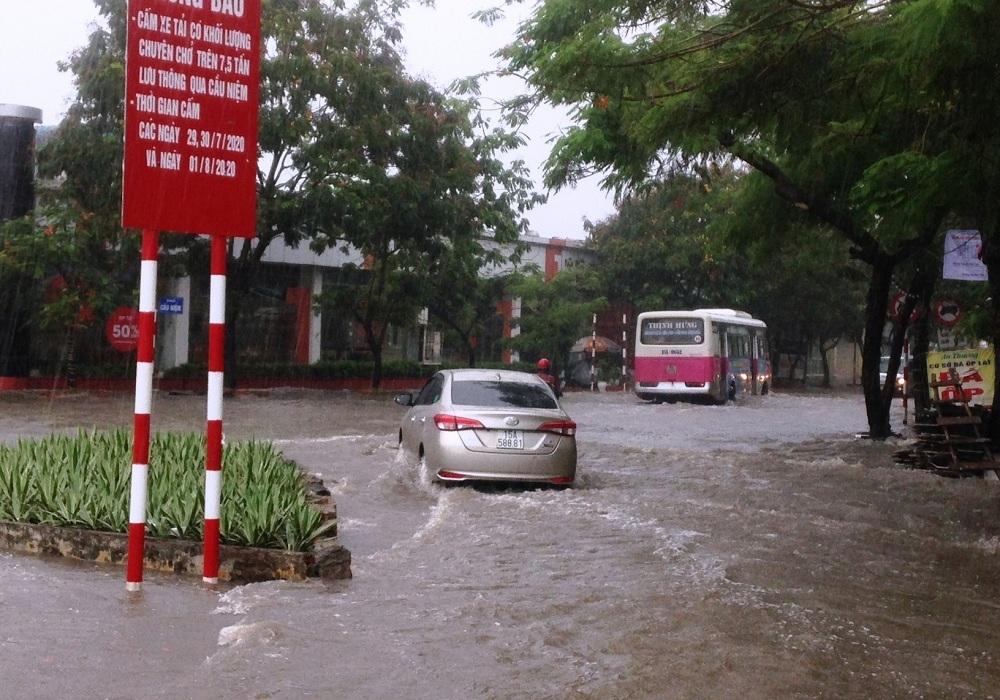 Hải Phòng: Mưa lớn gây ngập lụt tại một số khu vực nội thành