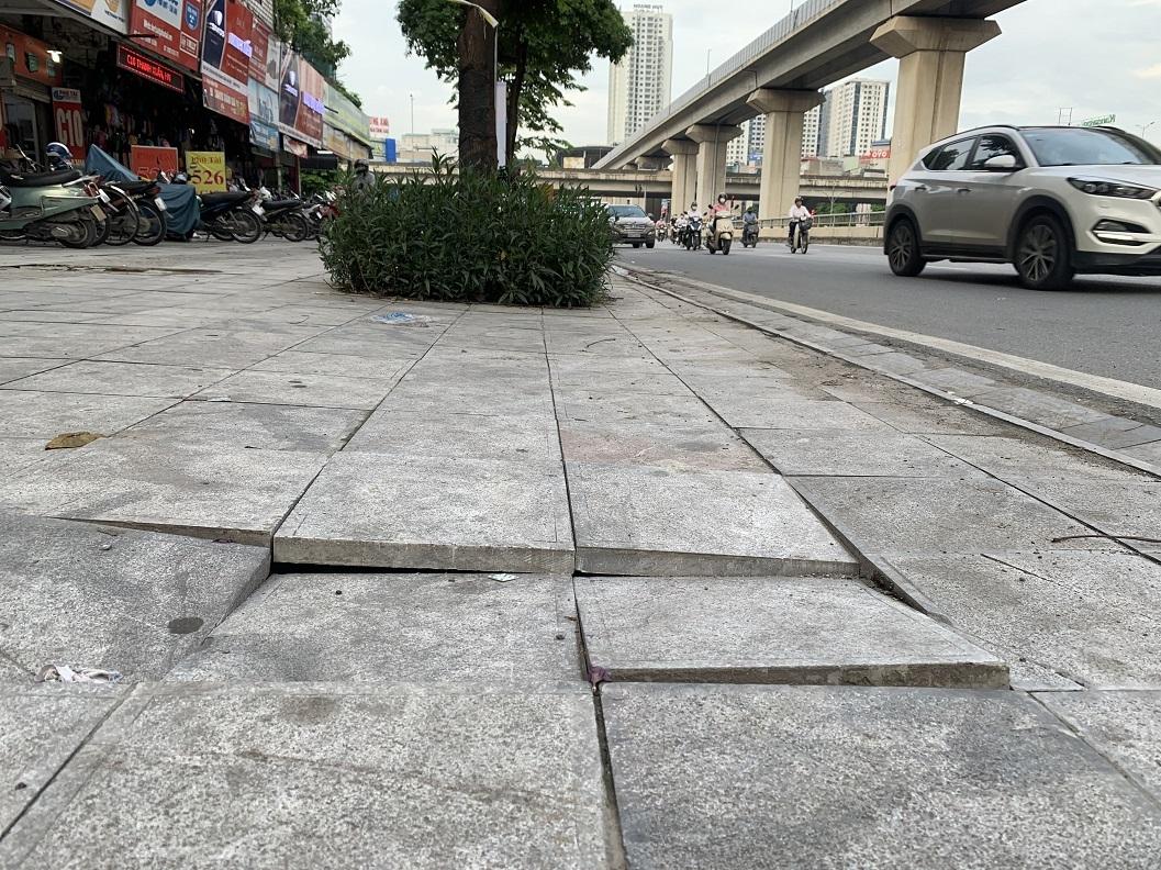 """Bài 1: Lát đá vỉa hè tại Hà Nội, dự kiến có """"tuổi thọ 70 năm"""" nhưng vừa lát đã hỏng"""