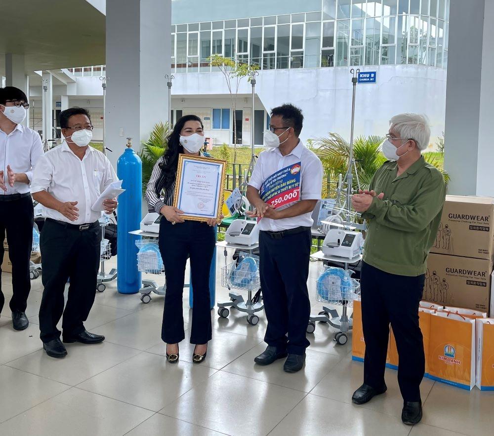 Kim Oanh Group tặng dụng cụ phòng, chống Covid-19 hỗ trợ phóng viên Thành phố Hồ Chí Minh, Bình Dương, Đồng Nai