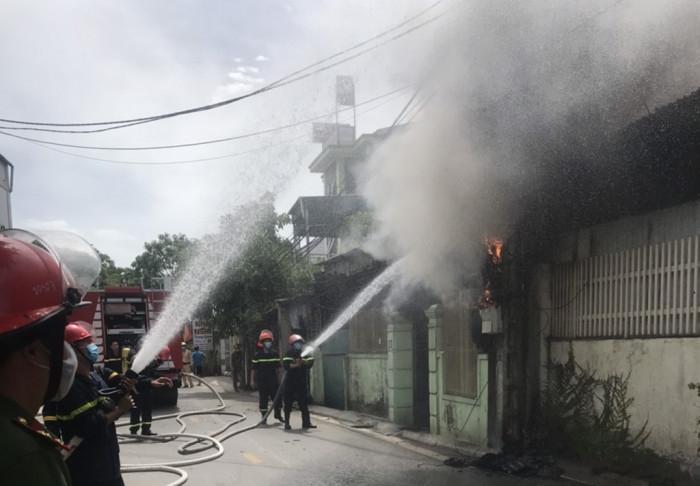 Thành phố Vinh: Cháy nhà thiêu rụi ôtô con, nhiều tài sản hư hỏng