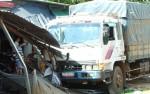 Ô tô tải lao vào lề cán nát 3 xe máy, đâm sập mái hiên 2 căn nhà