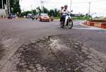 Cận cảnh đường gần 680 tỷ chưa thông xe đã vá chằng vá đụp