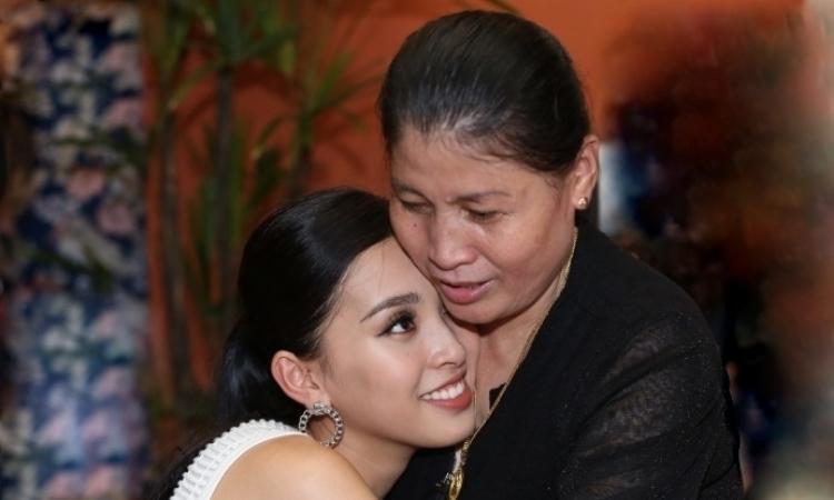 Hoa hậu Tiểu Vy khóc khi về Hội An thăm nhà