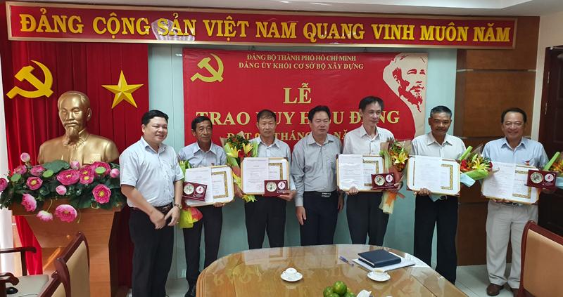 Đảng ủy Khối cơ sở Bộ Xây dựng trao tặng Huy hiệu 30 năm tuổi Đảng cho 7 đảng viên