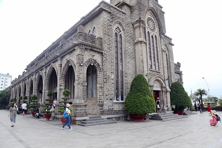 Nhà thờ đá Nha Trang muốn thu phí khách nước ngoài