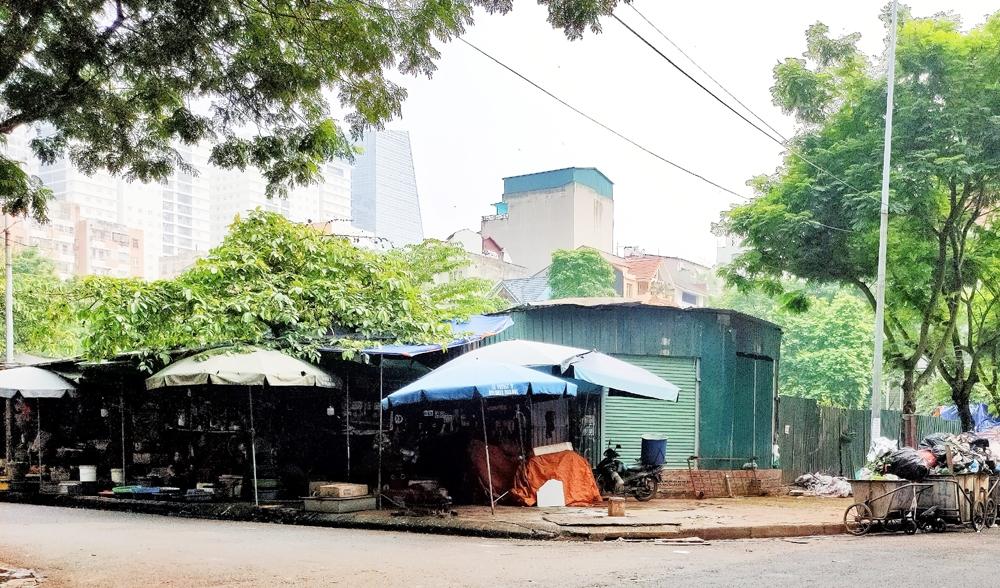 """Thanh Xuân (Hà Nội): Vì sao hơn 2.000 m2 đất vàng trên đường Nguyễn Thị Thập nhiều năm """"đắp chiếu"""", bỏ hoang?"""