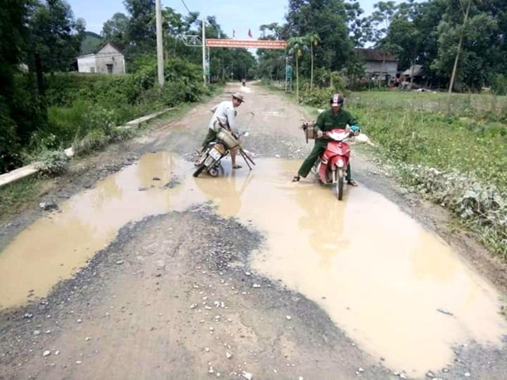 """Thanh Chương (Nghệ An): Dân thống khổ vì đường """"nát như tương"""" kéo dài hơn 10 năm"""