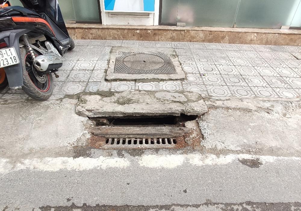 """Những hình ảnh """"chưa đẹp"""" về sự cản trở hệ thống thoát nước tại Thủ đô Hà Nội"""