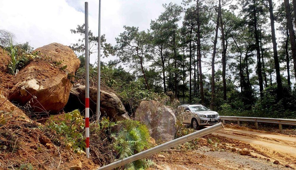 Vĩnh Phúc: Hàng trăm m3 đất đá sạt lở tại đường lên Tam Đảo