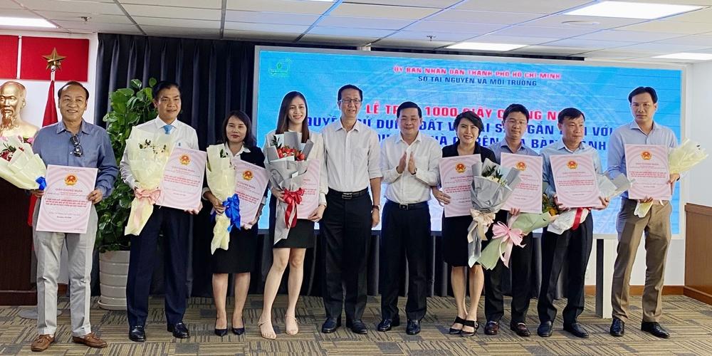 Thành phố Hồ Chí Minh trao 1.000 sổ hồng cho 16 dự án