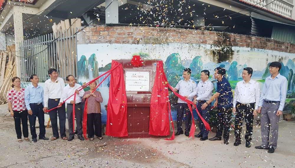 Vĩnh Tường (Vĩnh Phúc): Gắn biển công trình chào mừng Đại hội Đảng bộ tỉnh khóa XVII