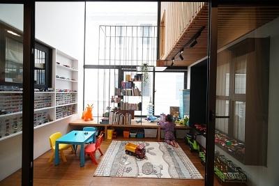 Mùa dịch không ra đường, bố mẹ làm không gian ghép gỗ cho con chơi tại nhà
