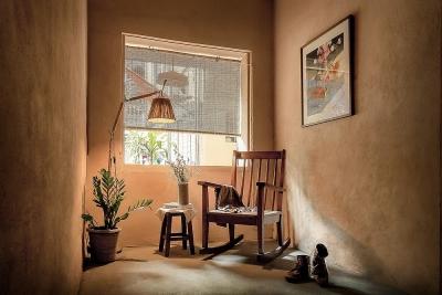 Vợ chồng kiến trúc sư trẻ biến tập thể cũ thành quán cà phê sơn tường đất