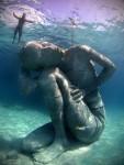 Bức tượng dưới nước đẹp như cổ tích