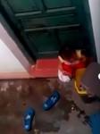 Bị cô giáo nhốt ở ngoài, trẻ mầm non cho rác vào miệng