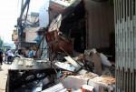 TPHCM: Xe chở rác mất lái tông sập 3 nhà dân