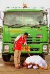Cử nhân Thái quỳ gối trước xe rác của cha