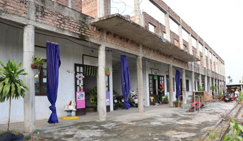Trường bỏ hoang, trẻ học trong lớp tạm bợ