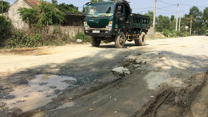 Quảng Ninh (Quảng Bình): Mòn mỏi chờ xử lý xe quá tải băm nát đường giao thông nông thôn