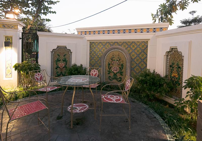 Một góc sân vườn của nhà ghép gốm Quang Minh.