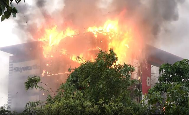 Quảng Bình: Siêu thị điện máy bốc cháy ngùn ngụt