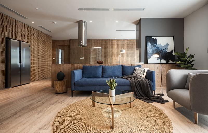 Căn hộ view Hồ Tây được cải tạo với nội thất gỗ tần bì