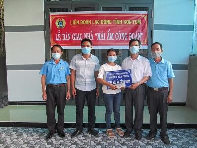"""LĐLĐ tỉnh Kon Tum: Bàn giao 2 """"Mái ấm Công đoàn"""" cho nữ công nhân"""