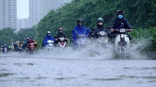 Hà Nội mưa to kéo dài, có nơi ngập sâu gây ùn tắc giao thông và hư hại phương tiện