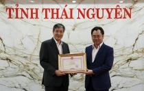 chu tich ubnd tinh thai nguyen trao tang bang khen cho tong bien tap bao xay dung
