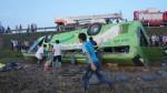 Xe khách lật nhào xuống ruộng, 20 người thương vong