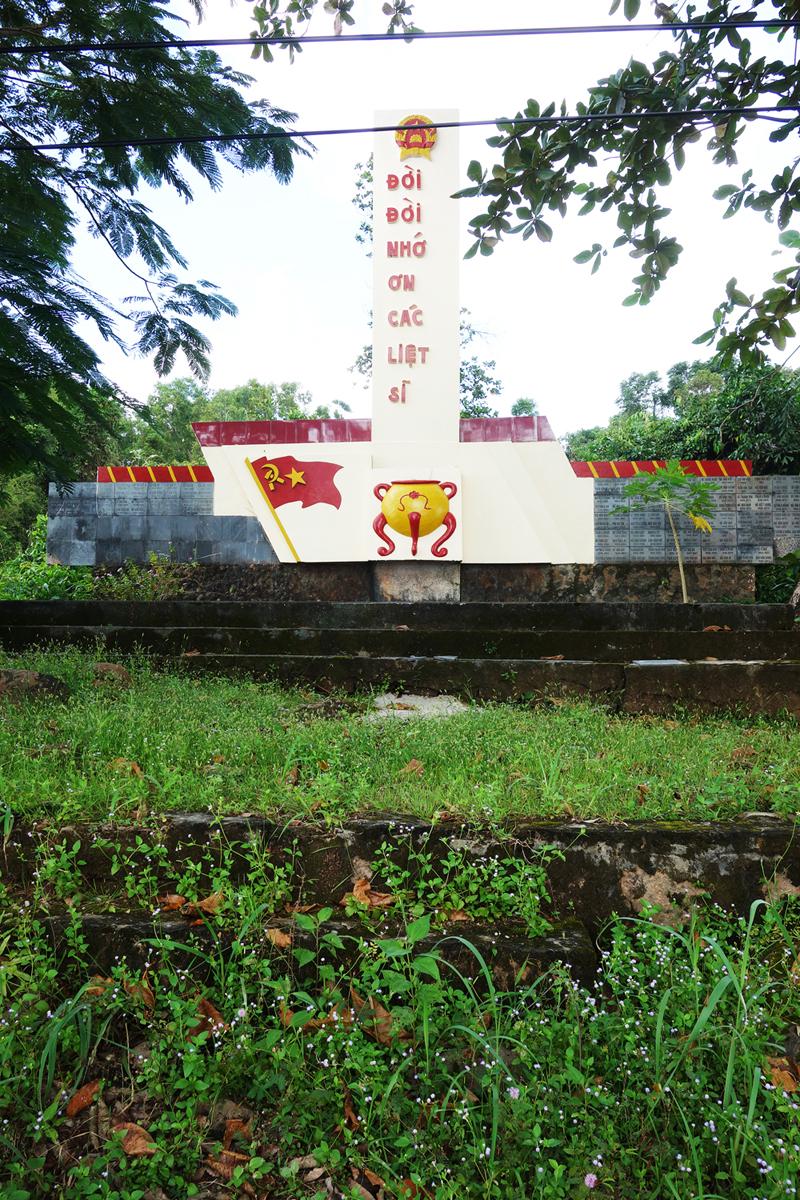 Hoang tàn đài tưởng niệm Liệt sỹ.