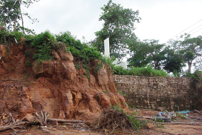 Khoét đá quanh đài tưởng niệm Liệt sỹ.