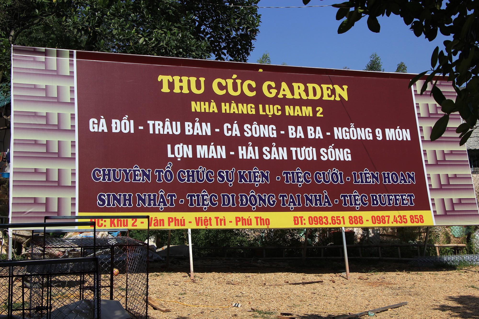 Một biển quảng cáo lớn được lắp ngay trong khu sinh thái vui chơi Thu Cúc Garden.