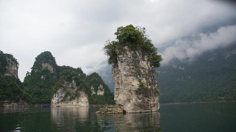 Hồ nước được ví như Hạ Long giữa đại ngàn