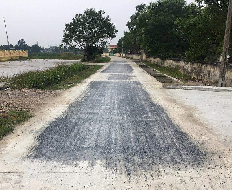 """Hậu Lộc (Thanh Hóa): Chuyện lạ, đường bê tông """"biến"""" thành đường đá dăm láng nhựa"""