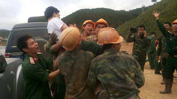 Đã cứu được 12 công nhân bị kẹt tại Đạ Dâng