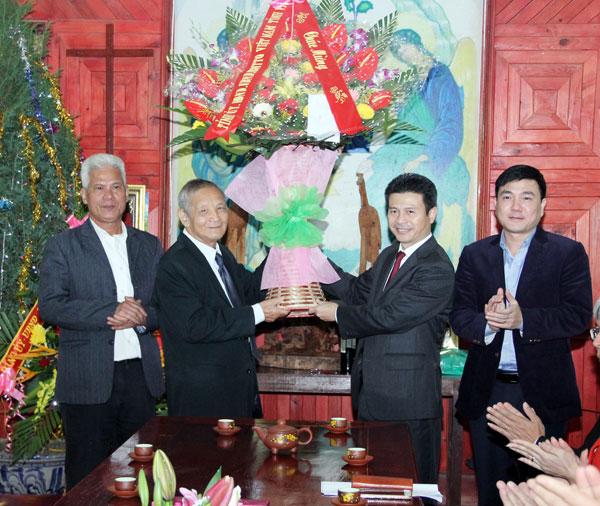 Lãnh đạo tỉnh Vĩnh Phúc chúc mừng và tặng quà các chức sắc, đồng bào công giáo nhân dịp Giáng sinh