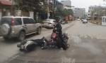 [VIDEO] Thanh niên cày mặt xuống đất vì phanh gấp xe máy