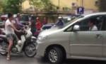 [VIDEO] Xe máy chặn đầu dạy dỗ ôtô - 'đặc sản' trên đường Việt