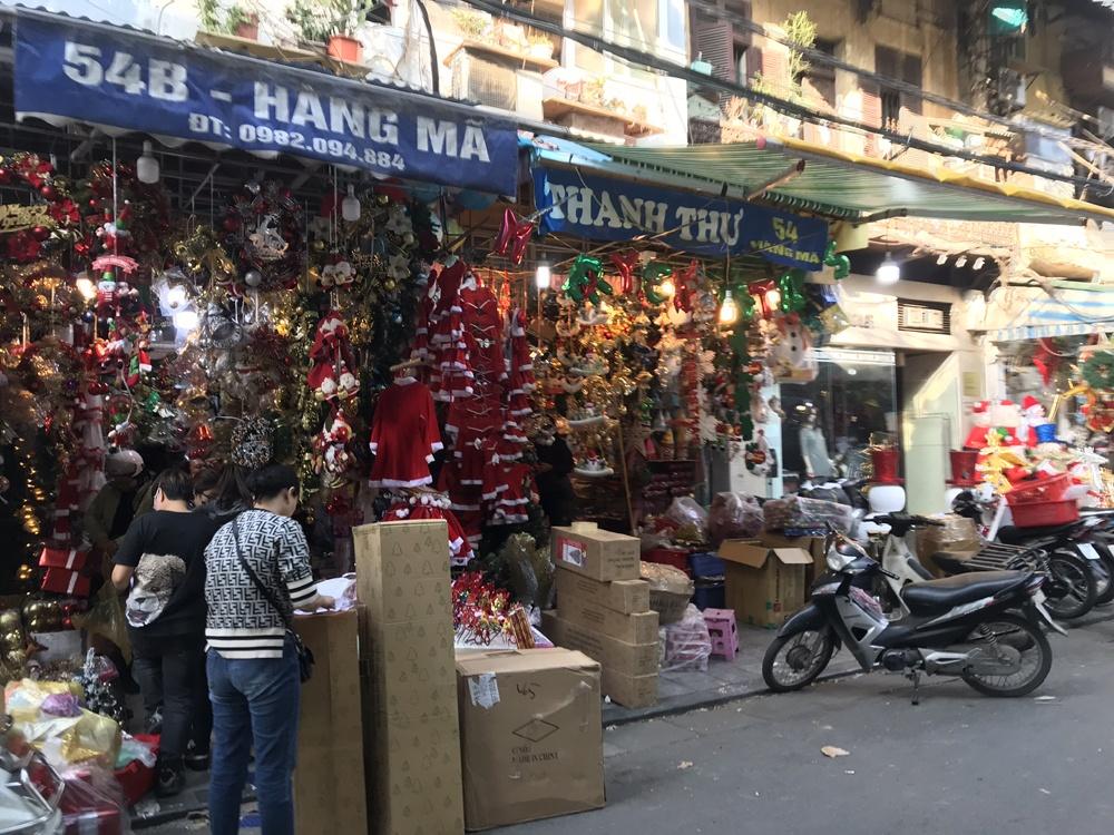 Hà Nội: Phố Hàng Mã lung linh sắc màu Giáng sinh