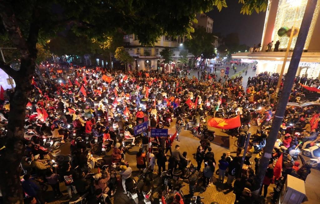 Người dân Thủ đô xuống đường ăn mừng chiến thắng lịch sử