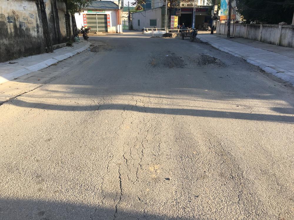 Đông Sơn (Thanh Hóa): Đường mới làm đã bị bong tróc, sình lún