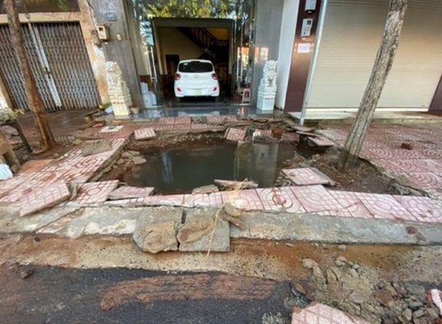 Đắk Lắk: Ống nước bất ngờ nổ như bom trước cửa nhà dân