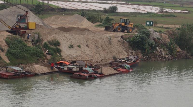 Nghệ An: Lập đoàn kiểm tra nghi vấn dầu loang trên sông Lam