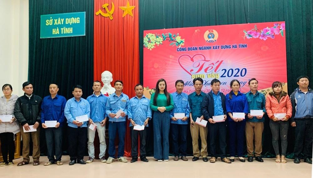"""Báo Xây dựng tại Hà Tĩnh trao quà """"Tết sum vầy"""" đến các hoàn cảnh khó khăn ngành Xây dựng"""