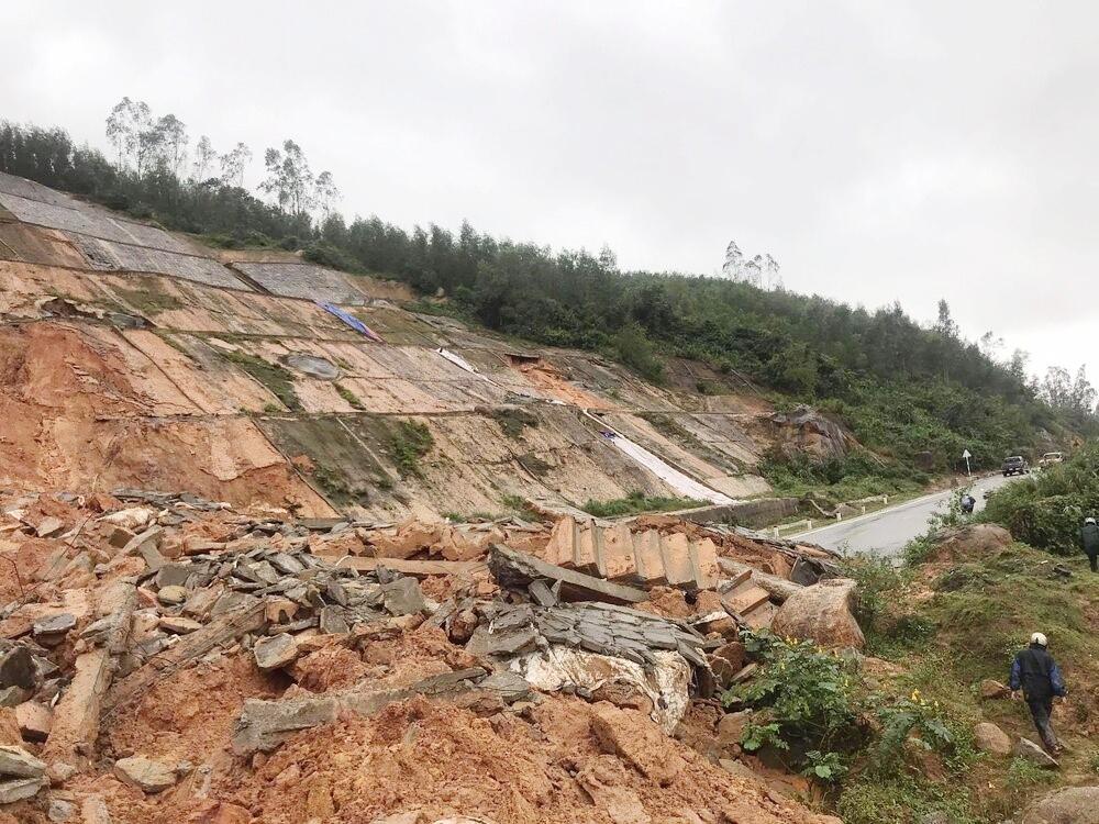 Thừa Thiên – Huế: Sạt lở núi gây chia cắt tuyến đường vào khu du lịch Laguna