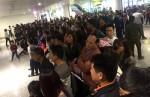 Sân bay Nội Bài 'chật cứng' người đón thân nhân dịp Tết