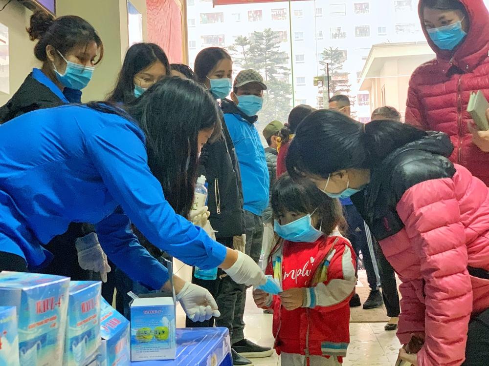 Thành đoàn Hà Nội phát miễn phí 10.000 khẩu trang cho người dân