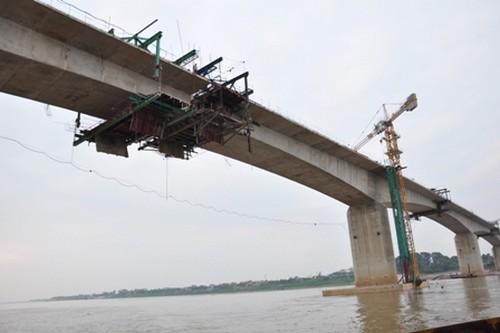 Sắp thông xe cầu dài nhất vượt sông Hồng