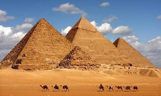 /><br />Kim tự tháp nổi tiếng và bí ẩn nhất thế giới cổ đại.</p> <p>Cho đến nay, vẫn chưa có một câu trả lời chính thức, đầy đủ, chính xác nào cho những bí ẩn của Kim tự tháp. Không phải ngẫu nhiên mà trong 7 kỳ quan thế giới (cổ đại), Kim tự tháp Ai Cập đứng ở vị trí cao nhất và là kỳ quan cuối cùng còn sót lại cho đến ngày nay.</p> <p><strong>Bao nhiêu nhân công tham gia xây dựng?</strong></p> <p>Trong suốt nhiều thế kỷ qua, con người luôn tò mò làm thế nào người Ai Cập cổ xưa có thể xây dựng được Đại kim tự tháp? Bao nhiêu người tham gia xây dựng và họ là những ai?</p> <p>Dựa trên các tài liệu cổ và dựa trên ước tính khoa học cho biết, số lượng nhân công phụ thuộc vào nhiều yếu tố nhưng dao động từ khoảng 20 – 100 nghìn người làm việc liên tục. Số lượng nhân công này sẽ được thay thế thường xuyên bởi xây dựng kim tự tháp là công việc rất khổ ải và làm sức khỏe những nô lệ này kiệt quệ.</p> <p>Đây là công trình kiến trúc cổ nhất và duy nhất còn tồn tại trong số 7 kỳ quan thế giới cổ đại. Kim tự tháp Giza được xây dựng vào khoảng thời gian từ năm 2580 – 2560 trước công nguyên. Khi mới hoàn thành, công trình này có chiều cao là 149,6m. Theo ước tính, kim tự tháp Giza được xây từ 2,3 triệu khối đá, với tổng trọng lượng lên tới 5,9 triệu tấn. Khối lượng nhân công hẳn là rất khổng lồ được huy động để xây dựng khu lăng mộ này.</p> <p>Công trình quả là kỳ diệu khi đưa đá lên cao. Các nhân công phải đưa những hòn đá này vào đúng vị trí của nó. Tùy vào kim tự tháp, thứ tự sắp đặt các viên đá, họ sẽ tạo nên các cấu trúc bên trong khác nhau. Sau khi hoàn thành việc đặt các viên đá để tạo nên hình dáng của Kim tự tháp, người ta phải tiến hành trau chuốt mặt ngoài và mặt trong của Kim tự tháp. Công việc chau chuốt được thực hiện từ trên xuống dưới.</p> <p><strong>Sử dụng nguyên liệu gì?</strong></p> <p>Hàng ngàn năm kể từ khi được xây xong, công trình này vẫn làm ngạc nhiên người xem và nó là công trình nhân tạo cao nhất trên trái đất cho tới tận thời Trung Cổ. Các nhà sử học 